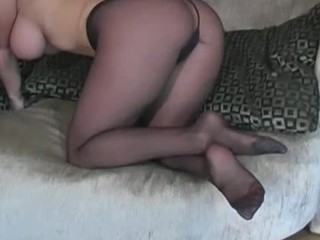 Visious nympho stretches legs in tights to boast of her wet crack